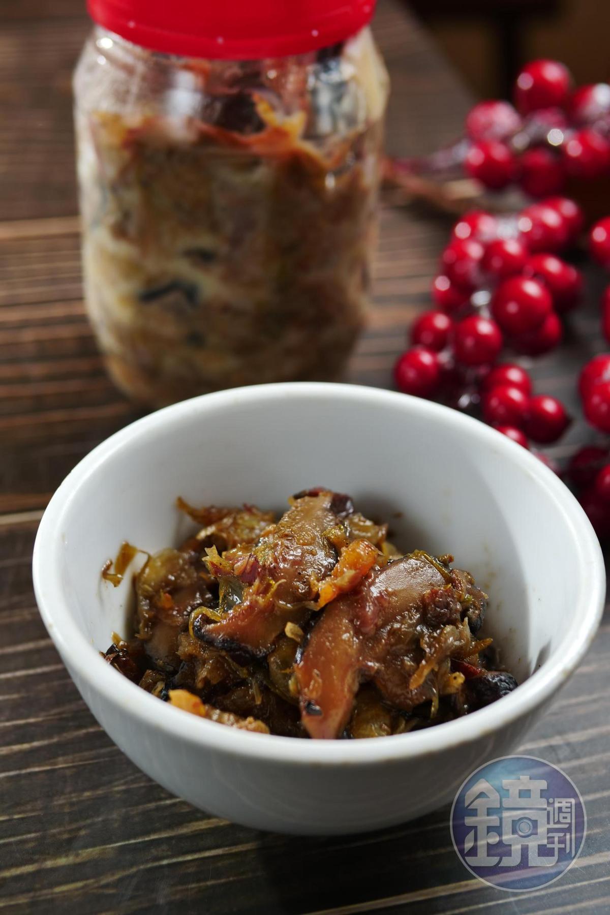 店家自製「古早味鄉蔥蝦菇醬」是客家鹹湯圓底料,也可以買回家炒米粉、加湯麵,一小匙就滿溢親切的台味。(350元/罐)