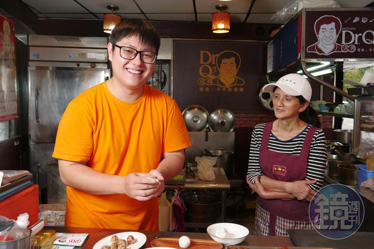 學中餐的廖宥鈞(左)在菜單上補齊「甜湯圓」「燒麻糬」等熱湯甜食,幫忙老店轉型成為特色湯圓店。