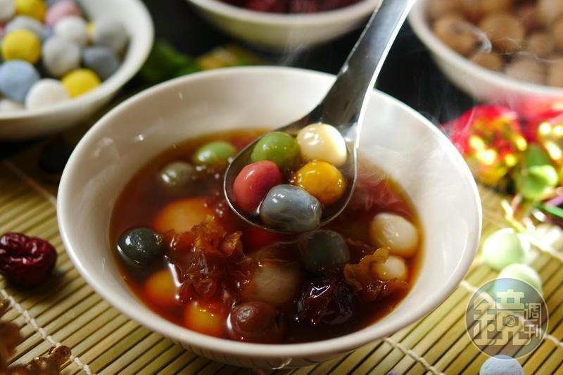 大顆爆餡、小顆原味的「彩虹甜湯圓」全在一碗裡。(65元/碗)