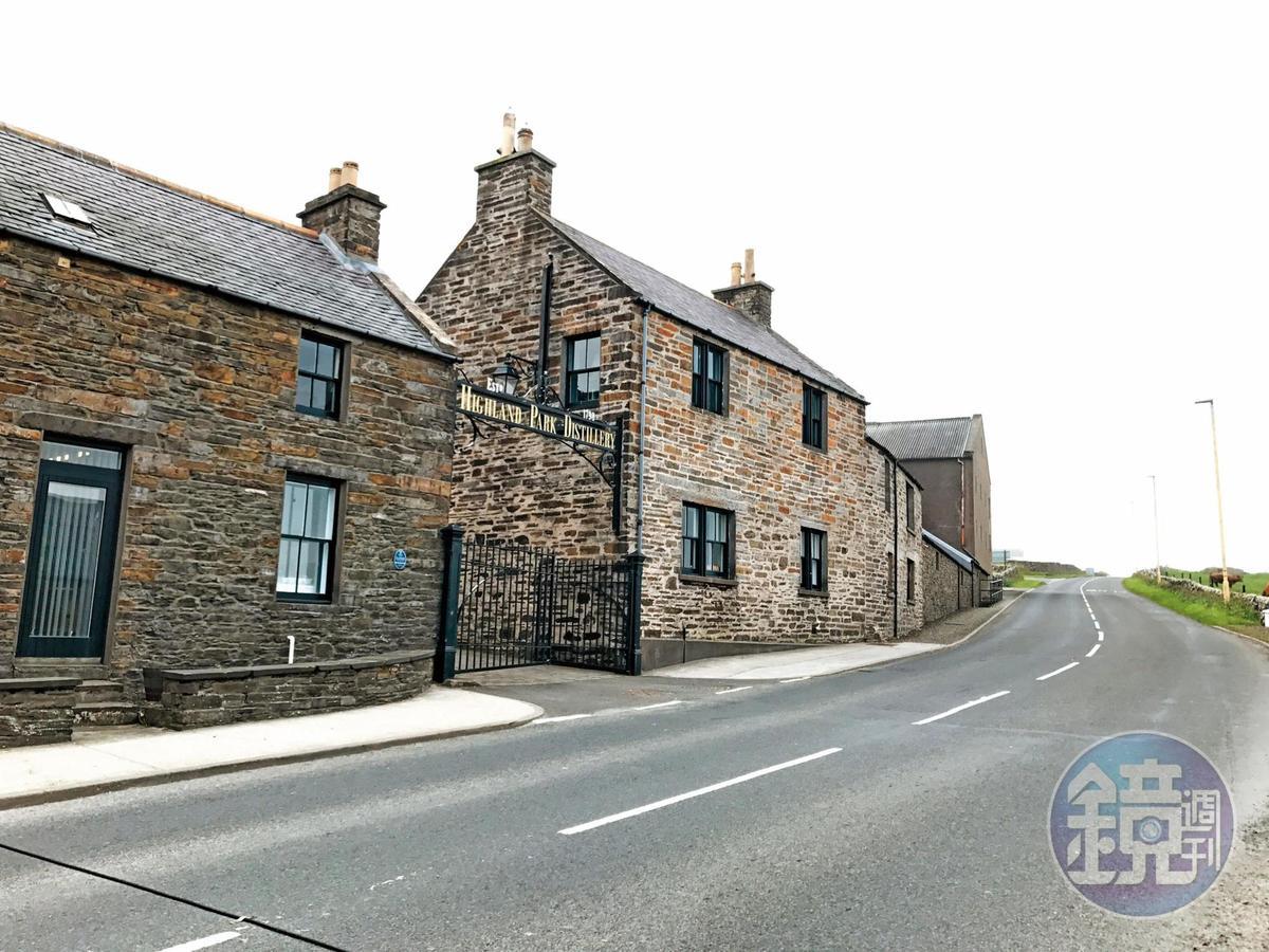 高原騎士酒廠建在首都Kirkwall的道路旁,並沒有太明顯的標誌,開太快小心過了頭。