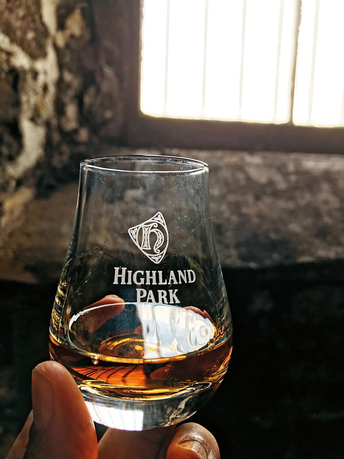 在酒廠當地品飲,往往是最令人興奮且美好的,這回在奧克尼島,我們就分別在酒窖、品飲室、海邊喝了高原騎士。