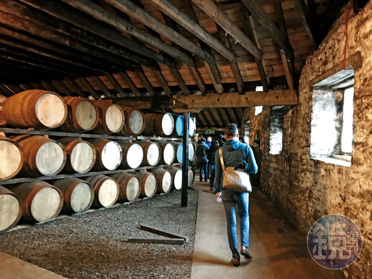 酒窖採傳統Dunnage鋪地式,採光相當不錯,庫存也頗為驚人。一共有23個倉庫,大約44,000桶存量。