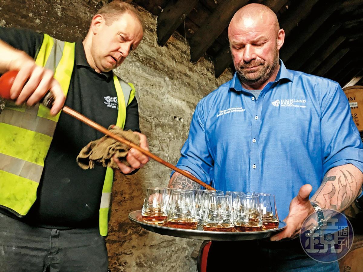 品牌大使帶領著我們在桶邊喝2004年的高原騎士原酒,高原騎士窖藏68%都是雪莉桶。