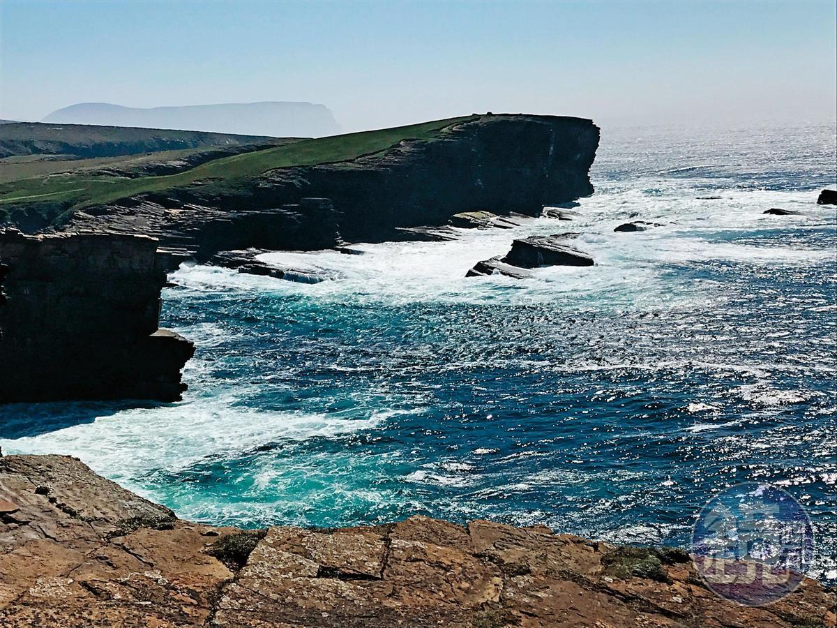 奧克尼海邊斷崖的海風強勁,即便像我體驗過愛爾蘭莫赫斷崖,以及智利百內國家公園風吹口的強風,依舊有點招架不住。
