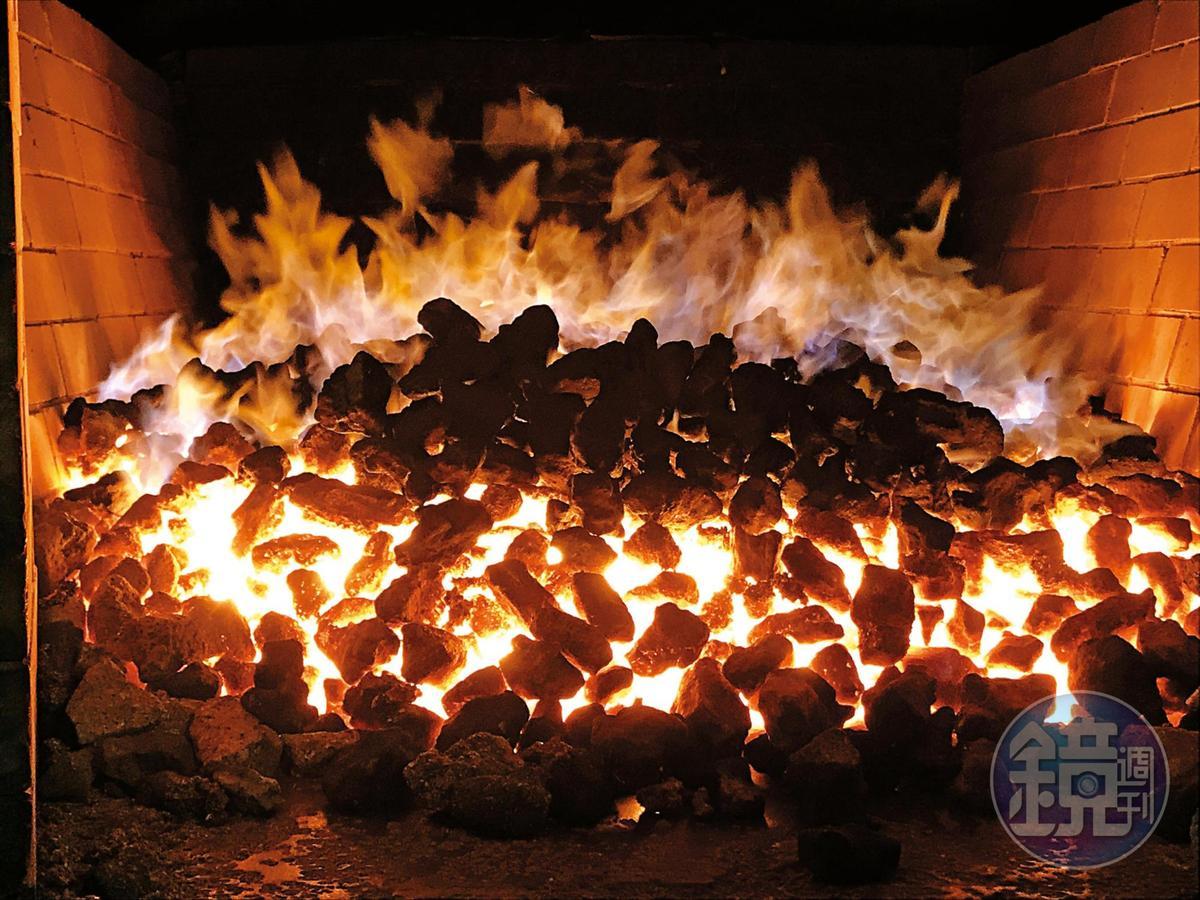 奧克尼的泥煤烘乾麥芽,比起艾雷島強勁的碘味,多了一點蜂蜜、甜美與溫柔。