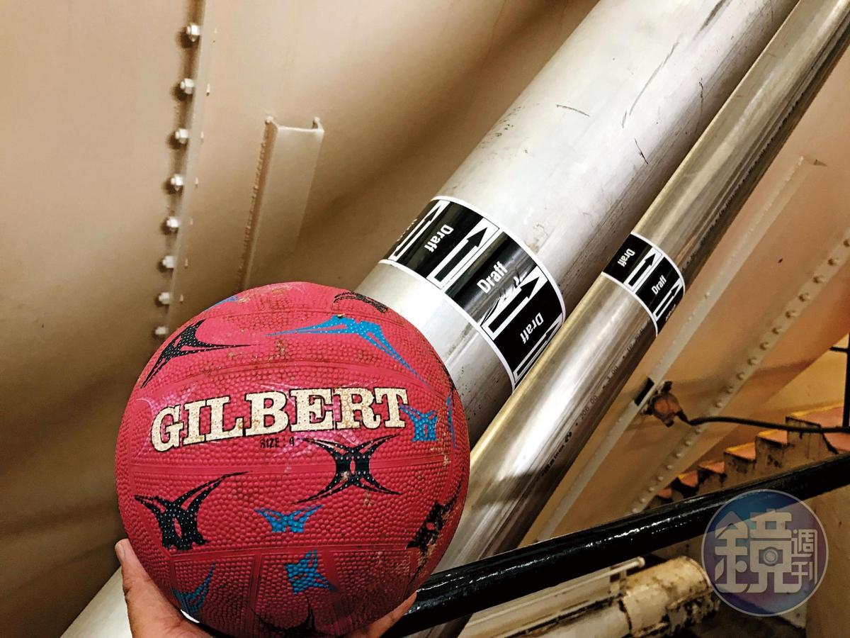 打籃球嗎?非也,跟格蘭花格酒廠一樣,他們用皮球清理管線內部。