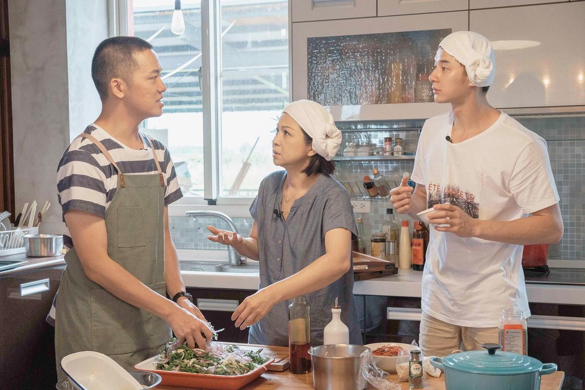 公視全新實境節目《阮三个》,由楊貴媚帶領張軒睿、索艾克,三位首度跨界合作主持實境節目。(公視提供)