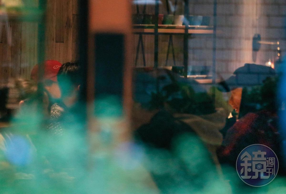 1月26日13:24,郭雪芙跟孫其君面對面坐著,還有袁艾菲跟她的未婚夫陪吃。