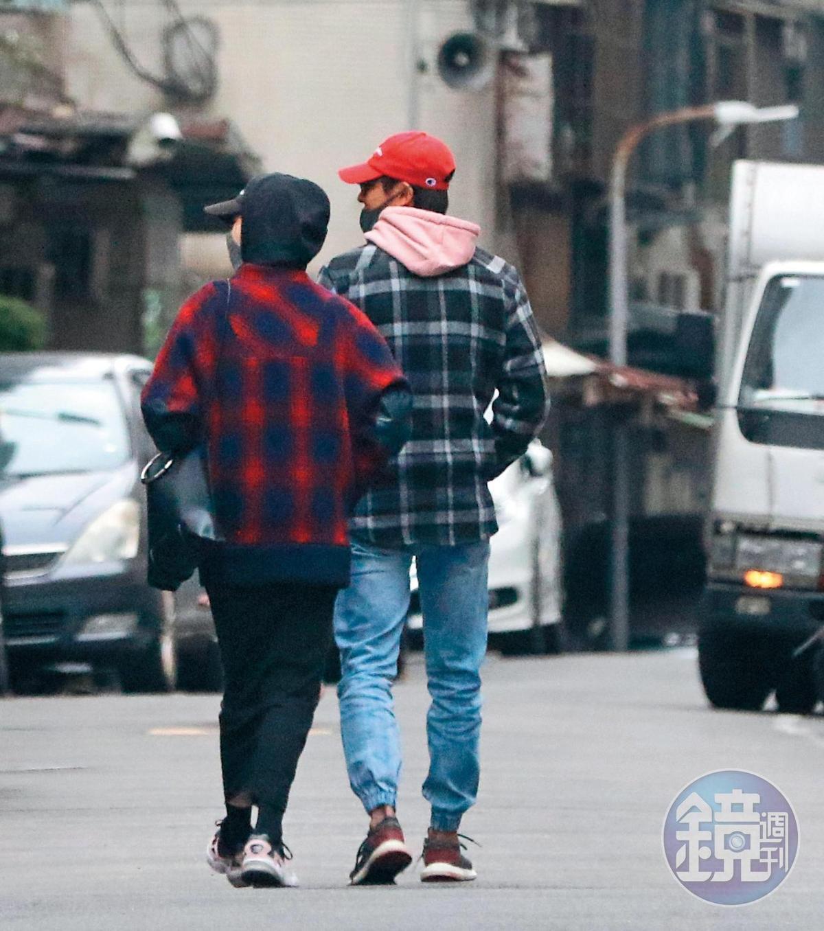 1月26日15:17,郭雪芙跟孫其君穿著格子情侶衫,漫步在台北街頭。
