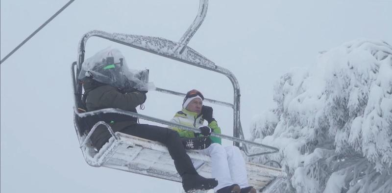 張家輝在冰天雪地搭纜車上山,山上的寒風把他吹得快凍成冰棒。(華映提供)