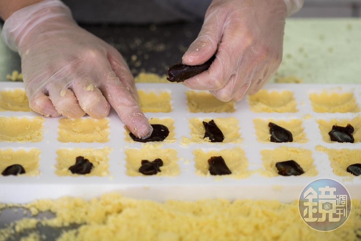 在綠豆糕中加入帶點微酸的棗泥,更為清爽。