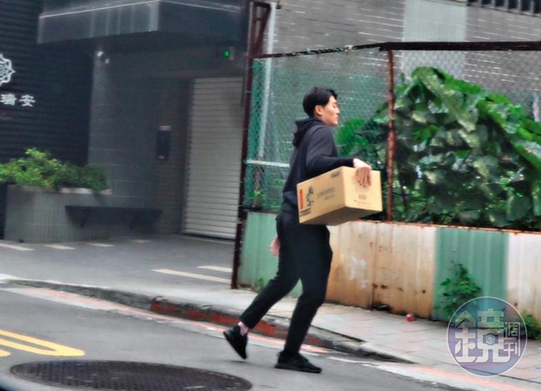 14:35,藍恭唯把車停在附近後,搬著紙箱走進鍾沛君住處。