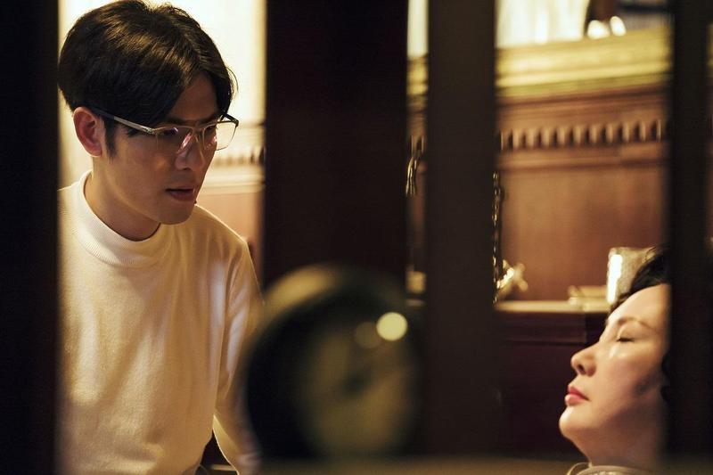 蕭敬騰(左)在《魂囚西門》中飾演能幫鬼魂做心理諮商的心理醫師。(公視提供)