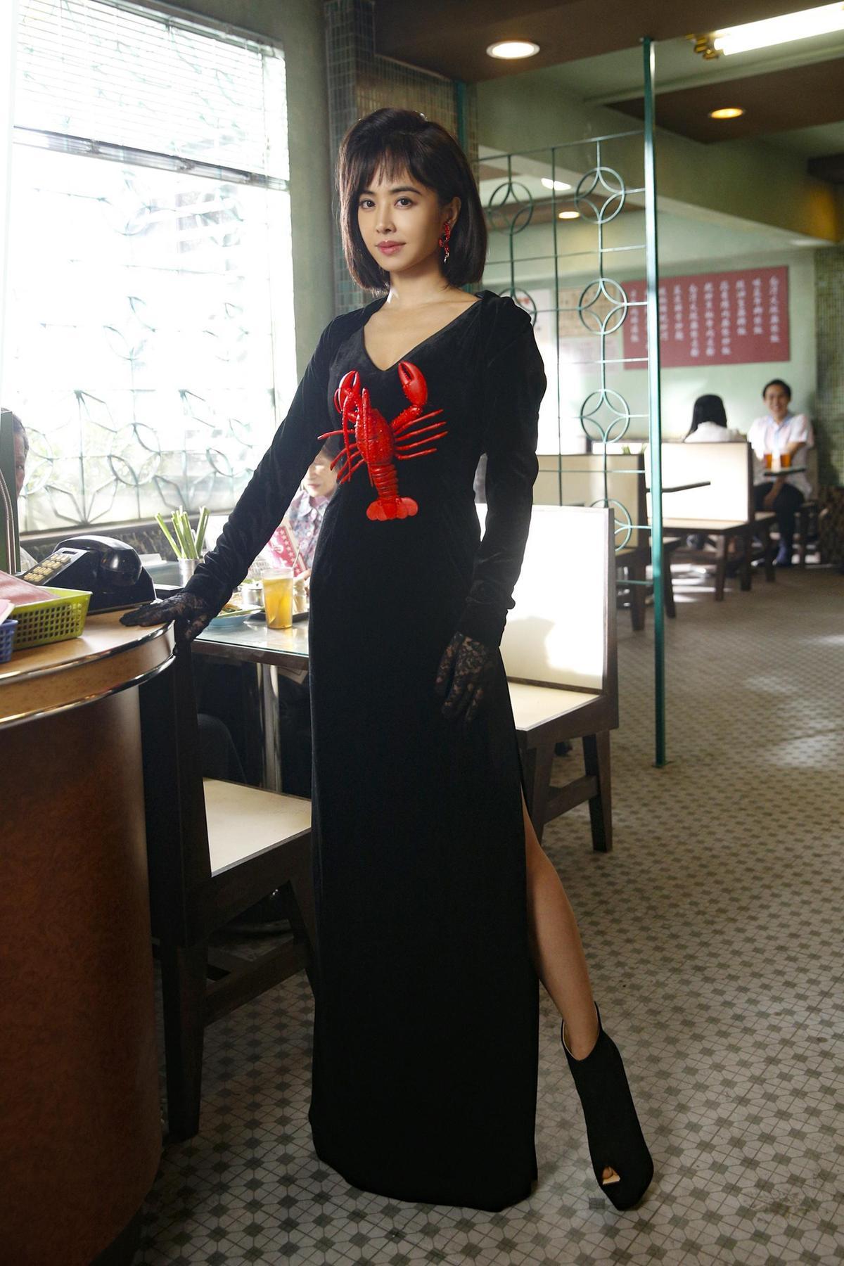 〈腦公〉MV曝光笑哽滿滿,蔡依林穿上義大利設計師sit down please的龍蝦裝致敬《與龍共舞》,半屏山髮型讓她身高又抽高不少。(索尼音樂提供)