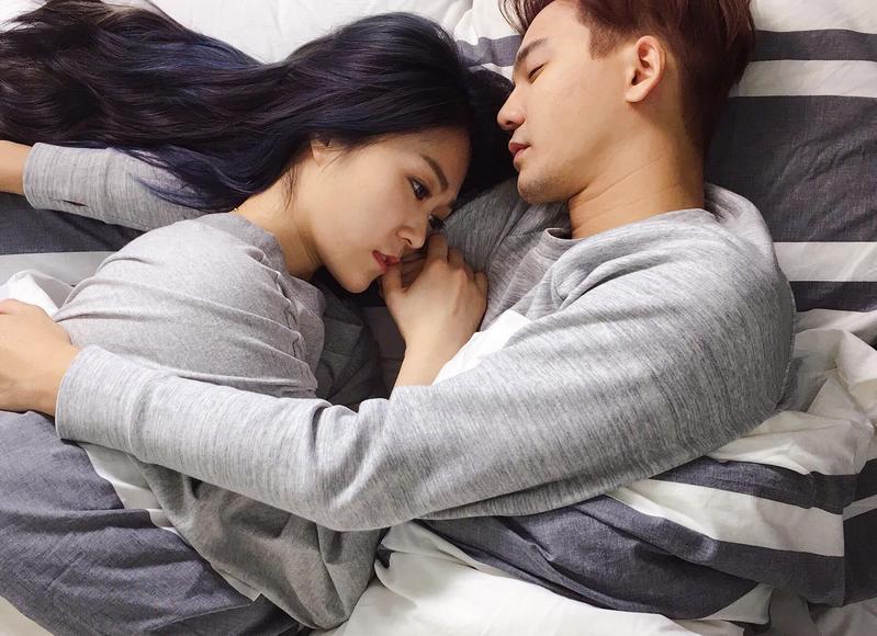 張三執導曹雅雯新歌MV還當男主角,2人的床戲被猛虧有自肥之嫌。(獨一無二娛樂提供)