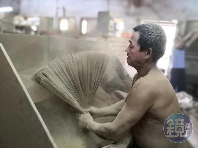 看著師傅布滿全身木質粉,場面令人震撼。
