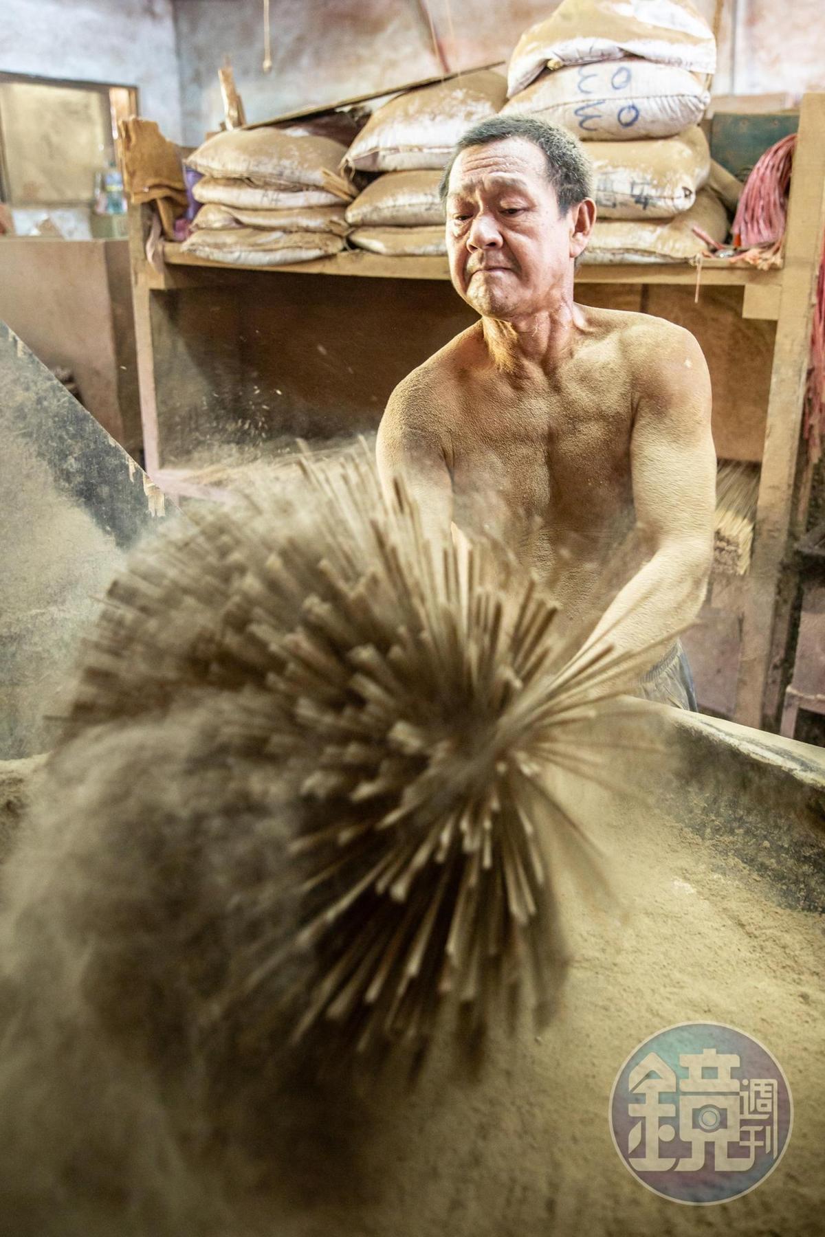 將香粉一層一層附著於細竹之上,靠的是純手工的人力。