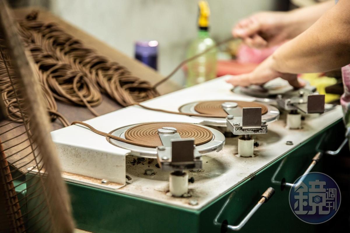 雖以機器捲軸製作「環香」,仍需以人工輔助。