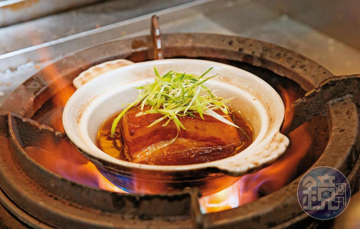 蘇杭東坡肉先以清水煮出油脂,滷煮時加入紫米水,肥潤不膩還帶淡淡米香。(450元/份,附4個夾餅)