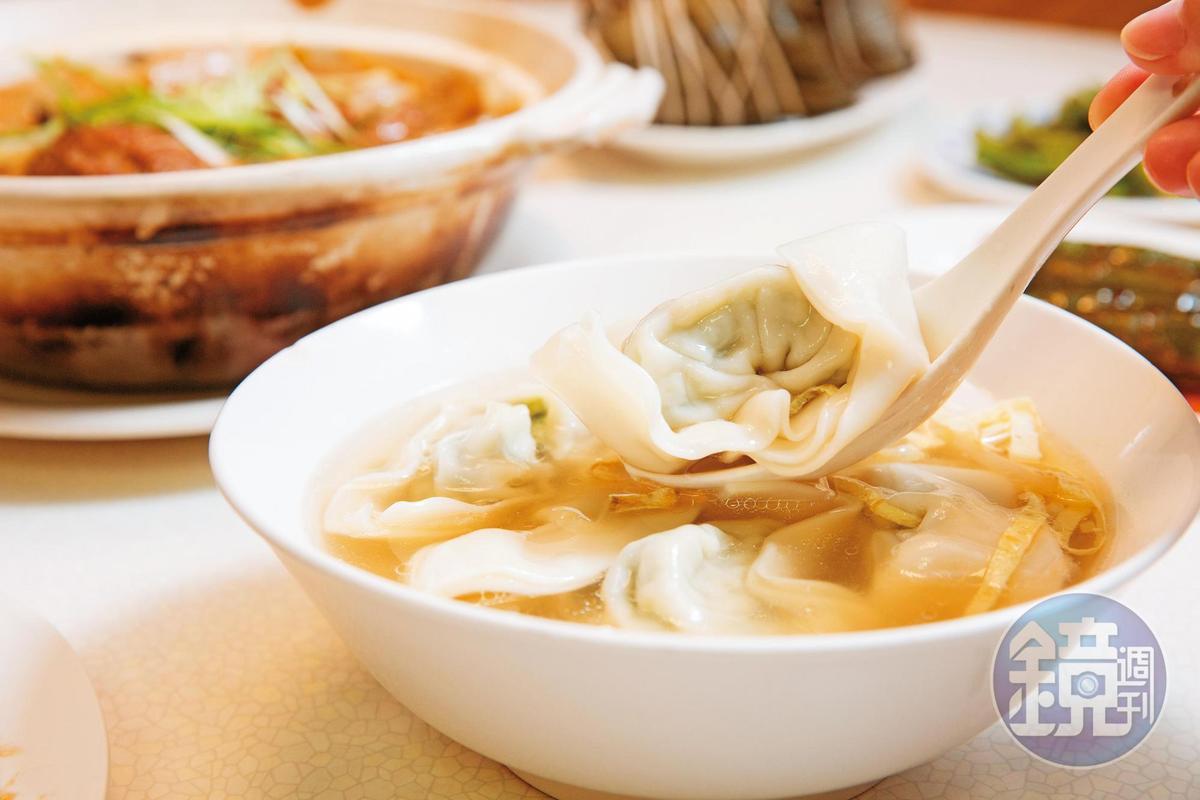 招牌菜肉餛飩將青江菜快速汆燙後冰鎮去除澀味,加入絞肉製成內餡,包進特製大張厚餛飩皮,做成元寶形狀。(95元/6粒)