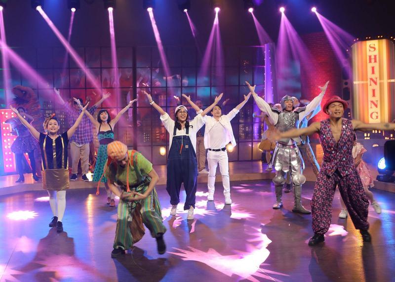公視《追夢Do Re Mi》情境歌舞喜劇,有多場大型歌舞表演,次排左二起為主演瑪靡(古玉欣)、方宥心、孫自佑。(公視提供)
