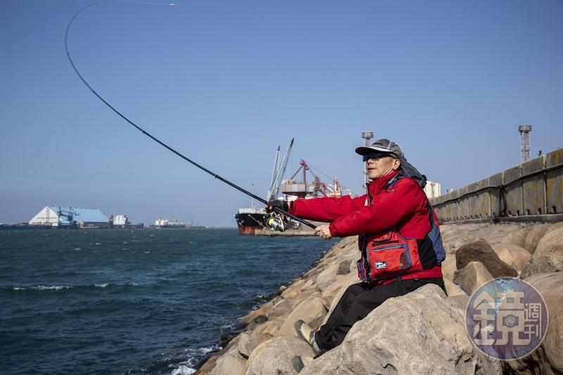 黃永興熱愛釣魚,但看到遠方白浪一條條,他就說今天風大,應該不會有魚了。