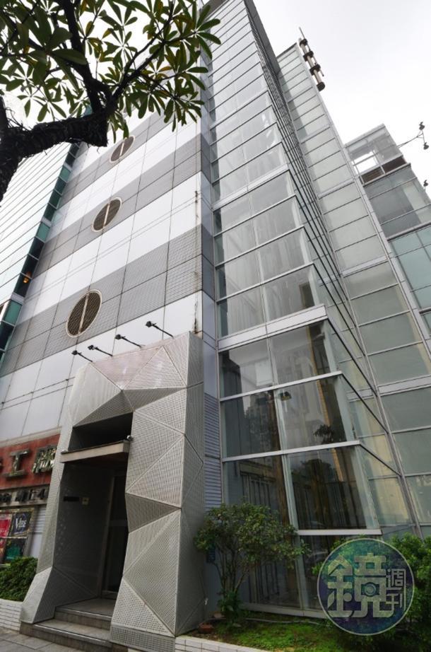 要進「BARCODE」,得搭「Neo 19」旁的專用透明電梯上樓。