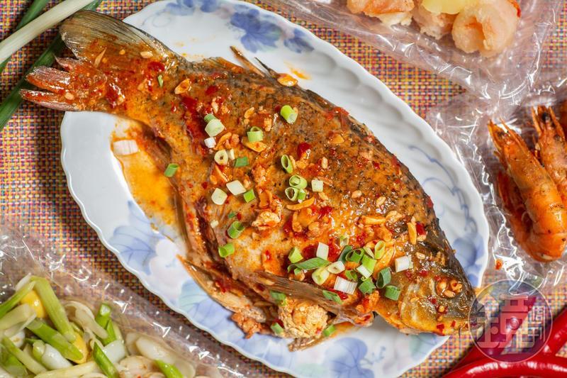 這個季節開始抱蛋的「豆瓣鯉魚」,拎回家淋上香辣醬汁再蒸熱,熟度恰恰好。(350元/大尾)