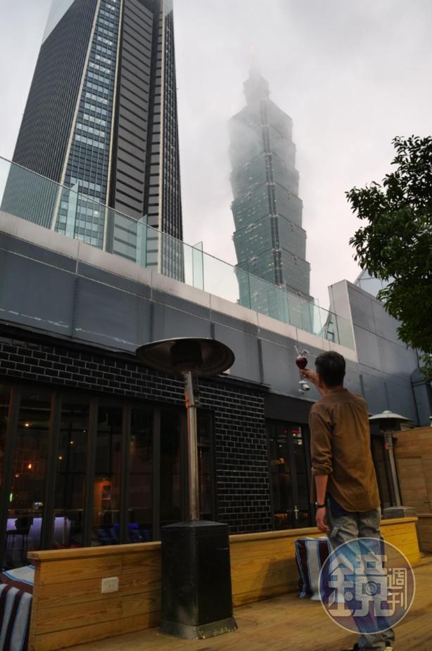 戶外座位抬頭就是台北101跟微風南山。
