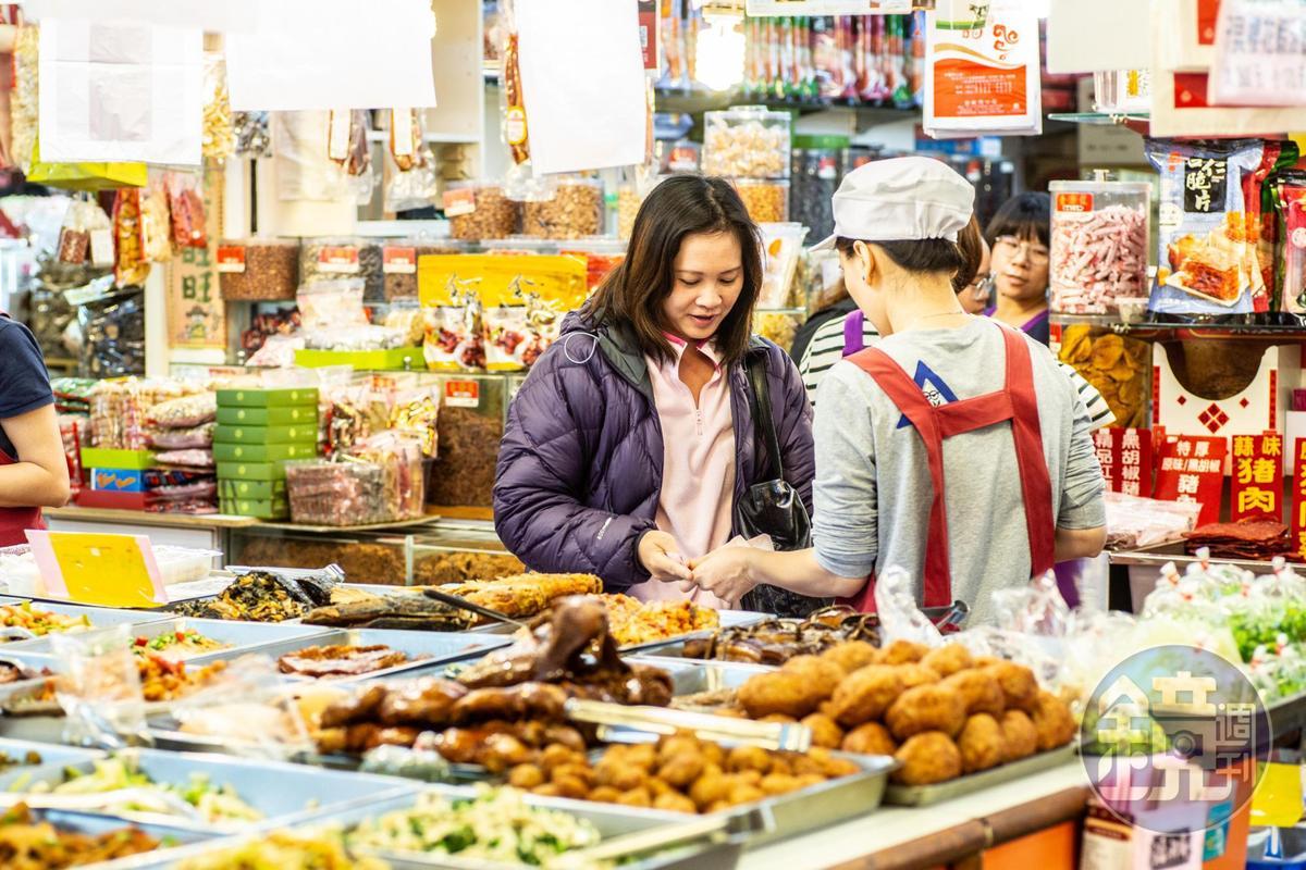 攤頭菜色選擇多,上午就有不少客人來物色午餐菜。