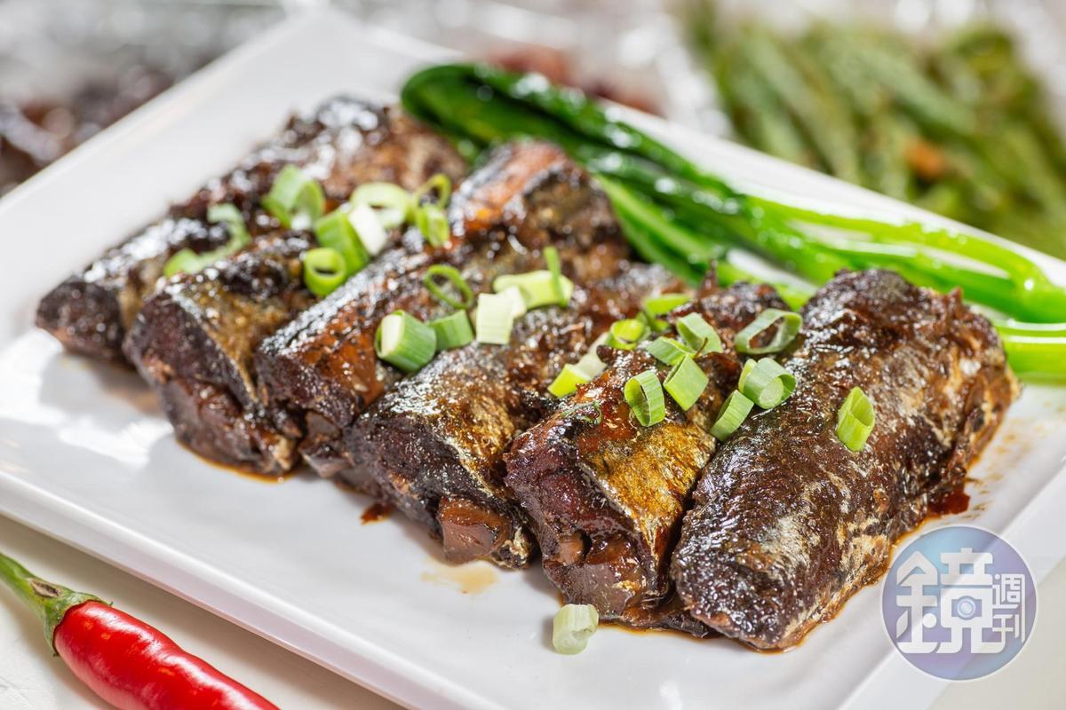 「和風牛蒡秋刀」冷吃也頗可喜,牛蒡的泥土香氣和魚味頗搭。(360元/斤)