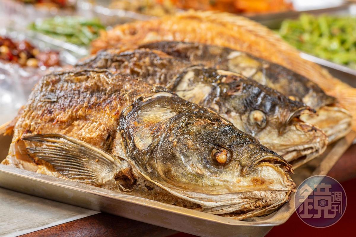 視覺霸氣的「鰱魚頭」很耐煮,是鍋物最佳主角。(450元/個)