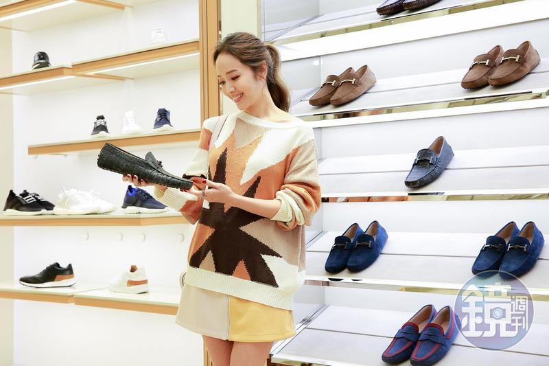 侯佩岑在TOD'S店上開心幫老公選鞋,買新貨過好年。
