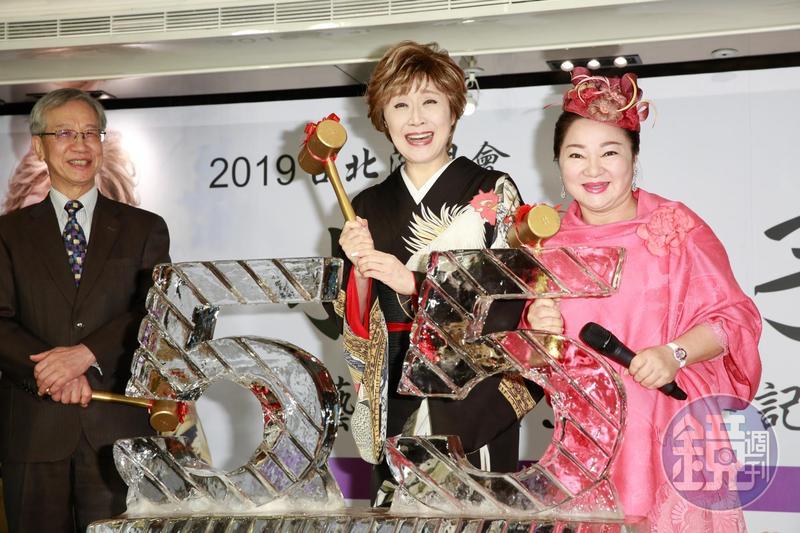 小林幸子5月將在台開演唱會,白冰冰擔任記者會嘉賓送上冰雕。