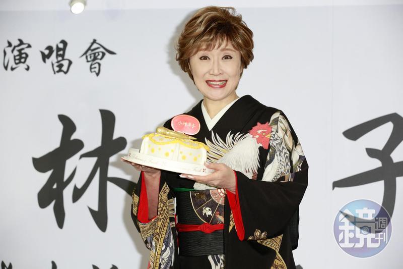 小林幸子喜收金麥克風蛋糕,笑說要一直唱下去才行。