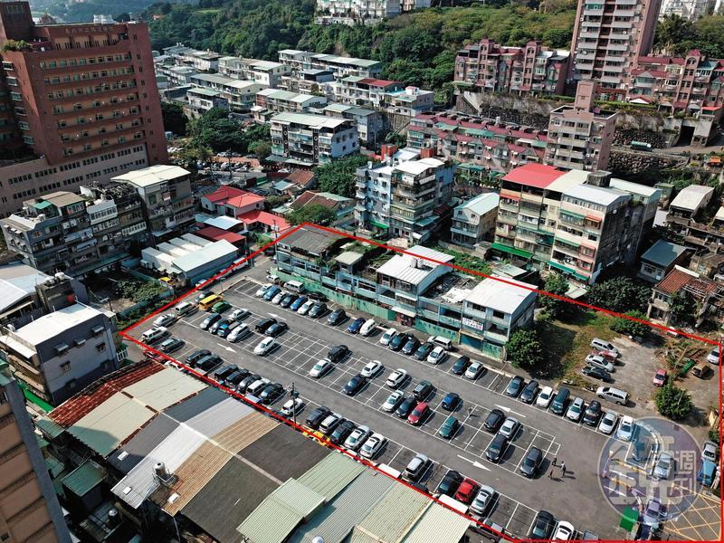 台北市關渡知行路都更案總面積約1,500坪(紅框處),緊鄰關渡醫院,因爆發灌人頭弊端,目前停擺中,大部分土地暫時闢為停車場。