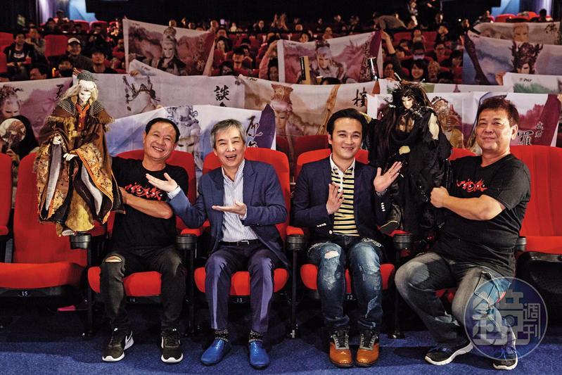 《霹靂英雄戰紀之刀說異數》於去年12月試映,映後黃強華(左2)、華納威秀董事長吳明憲(右2)與布袋戲迷們大合照。