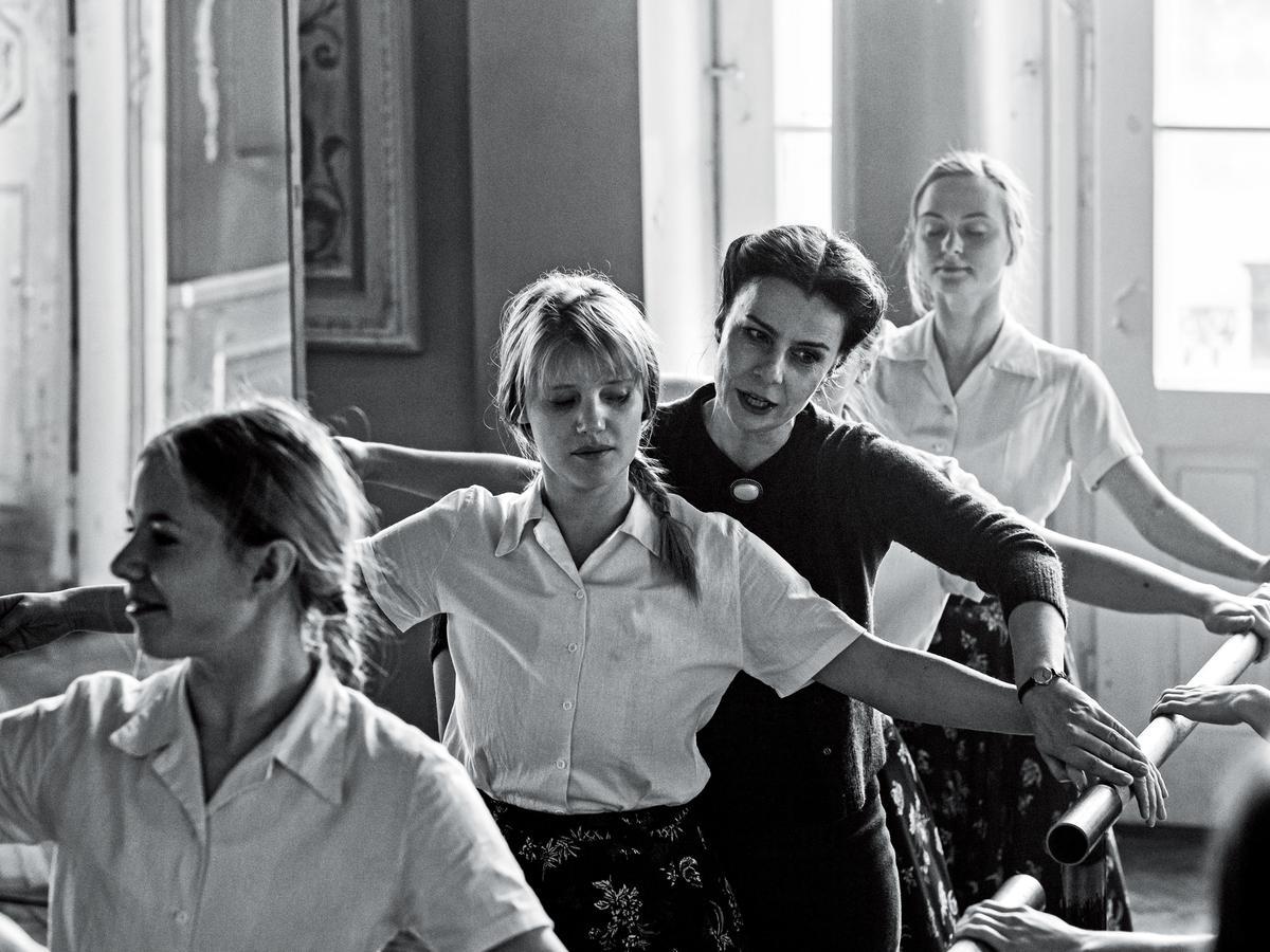 喬安娜庫里格(左二)在片中從年輕女孩演到成熟少婦,贏得歐洲電影獎影后等肯定。(東昊提供)