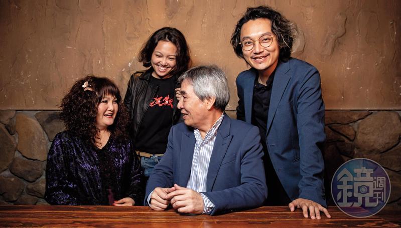 黃強華(右2)與太太劉麗惠(左)、兒子黃亮勛(右)、女兒黃政嘉(左2)情感極好,專訪時聊天談笑,感傷落淚時,兒女也隨即給予擁抱。