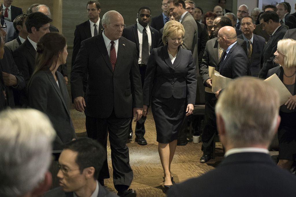 艾美亞當斯(右)再憑《為富不仁》飾演美國前副總統錢尼的妻子角色入圍奧斯卡女配角獎。(車庫娛樂提供)