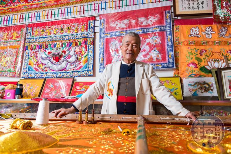 林玉泉總是帶著親切的笑容,展現刺繡人的溫潤個性。