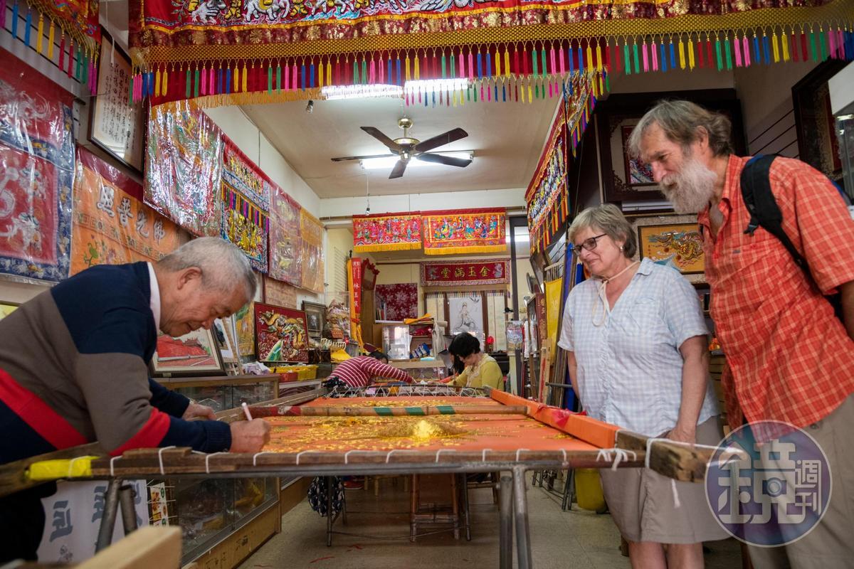 連外國人經過,都忍不住進來欣賞老繡才的工藝。