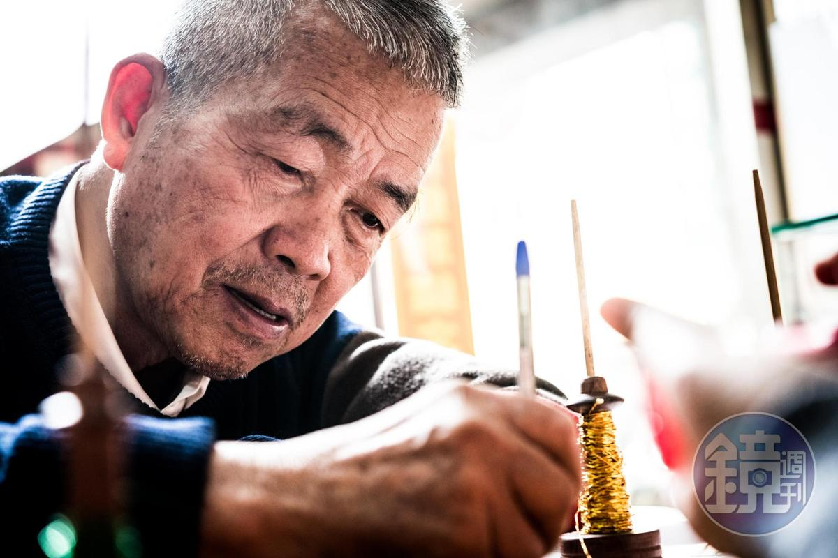 林玉泉以筆繪圖,專業且專注。