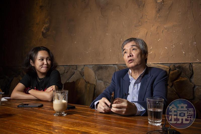 訪談中父親黃強華(右)也有口拙的時候,這時黃政嘉便幫忙接話,讓父親多聊有趣的話題。