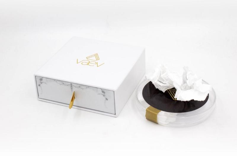 美國新創公司推出「擤過鼻涕的衛生紙」,一份要價79.99美元(約新台幣2,400元),銷售一空。(翻攝自Vaev官網)