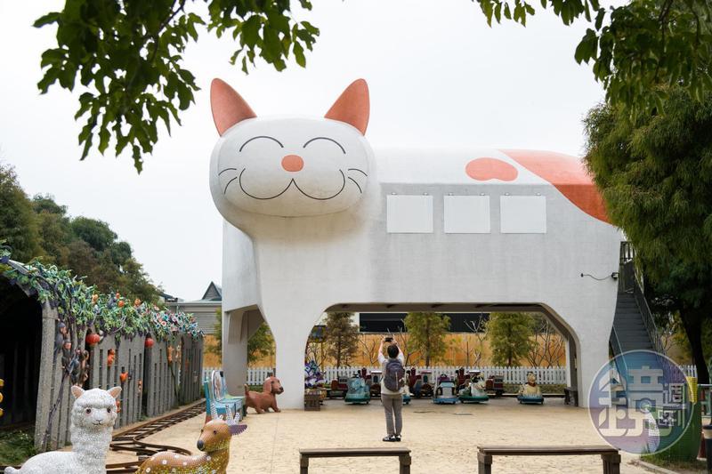 嘉義新港的大型貓咪車站,還有小火車可以乘坐。