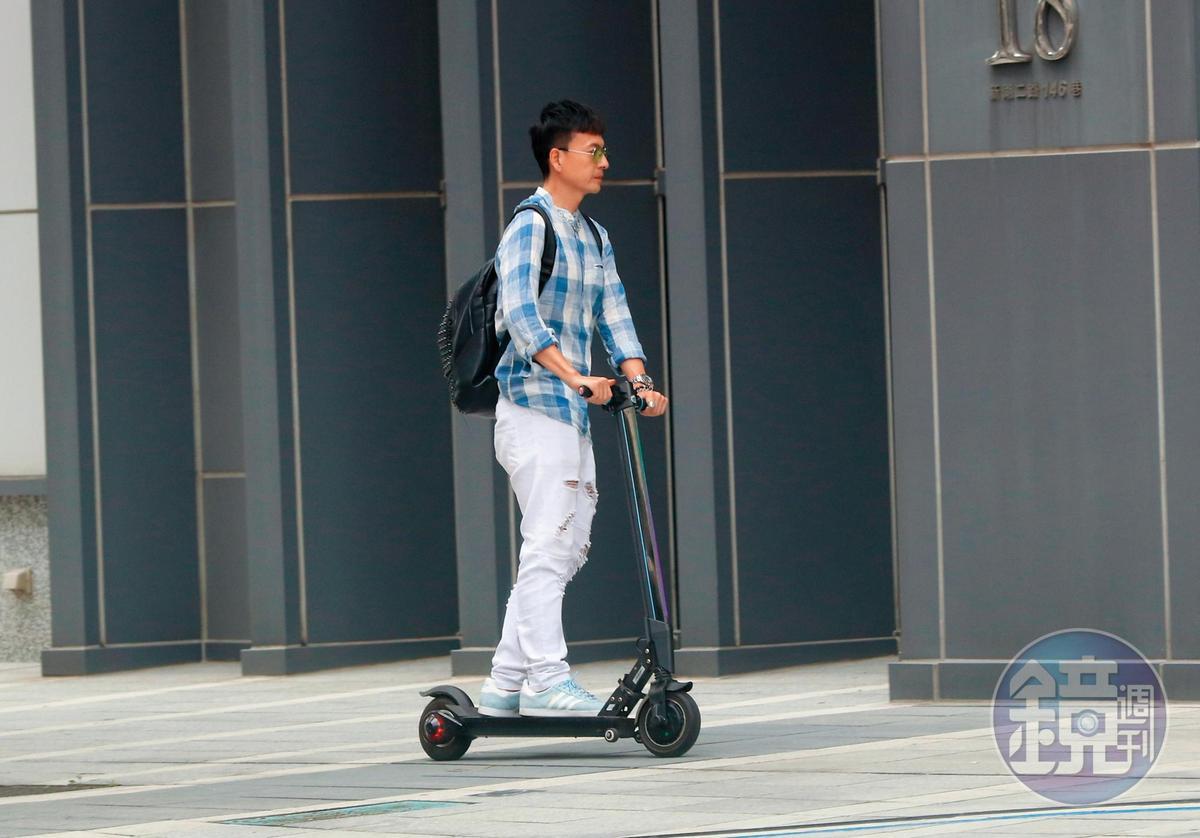 小鐘平時趕通告的交通工具居然是環保又省錢的電動滑板車。