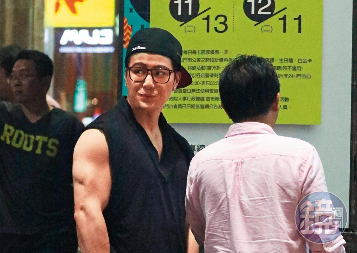 身材變得粗勇的許紹洋出現在台北街頭,漢草變很好。