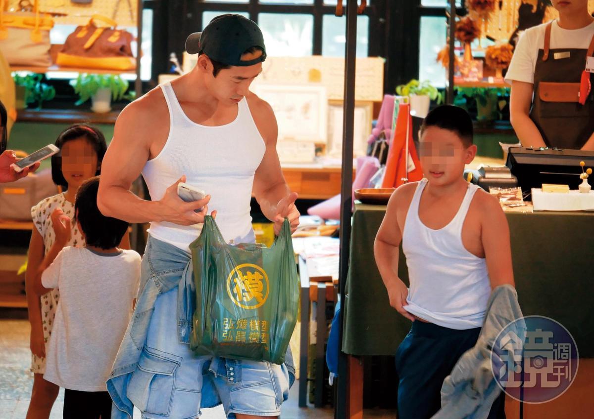 Akemi健身動作就是養眼,吸睛力大勝也是白色上衣的路斯明父子。