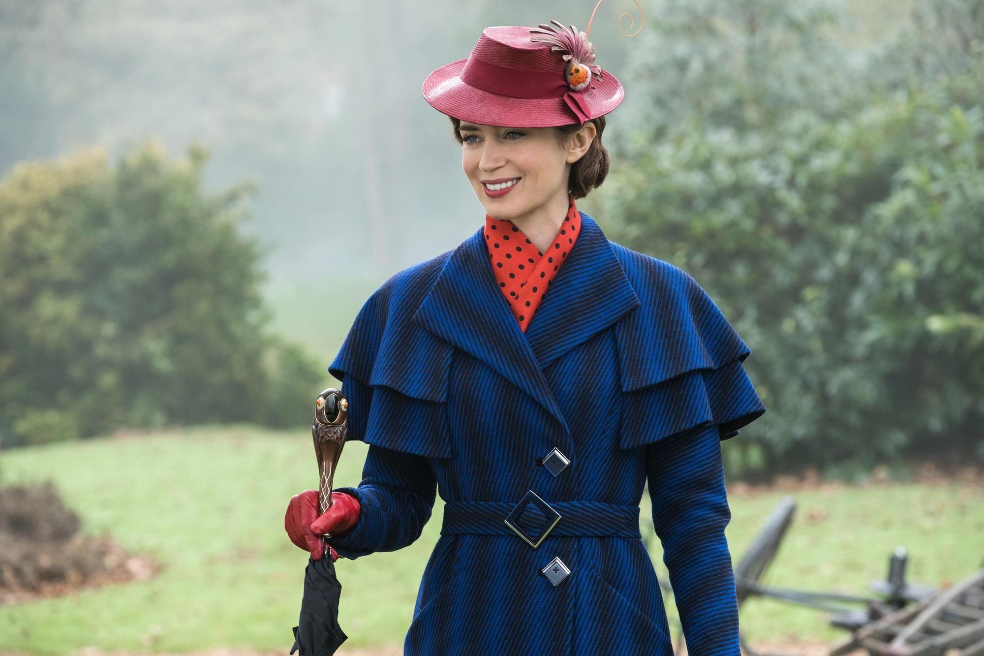 艾蜜莉布朗挑戰茱莉安德魯斯的經典「瑪莉包萍」角色,復古造型把她妝扮得十分美麗。(迪士尼提供)